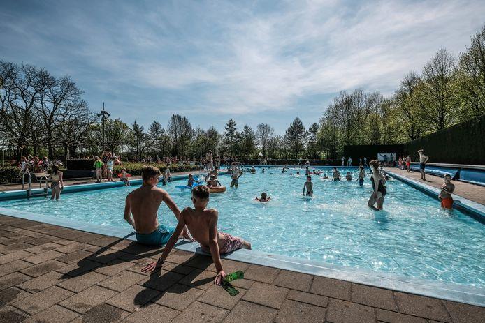 Drukte in zwembad de Byvoorde in Wehl. Archieffoto: Jan Ruland van den Brink