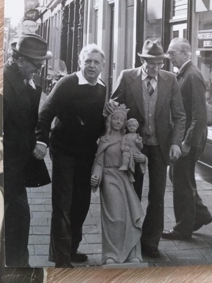 Foto gemaakt op 18 april 1983 bij de plaatsing van het Mariabeeld in de Korenbrugstraat in Den Bosch. Van links naar rechts: Louis Aarts (23/08/1917-02/08/1983), initiatiefnemer van het beeld en maker van de kast om het beeld Kees Frederiks (13-05-1920 - 10-02-2018), beeldhouwer H. Suyskens en beeldhouwer Piet Verdonk