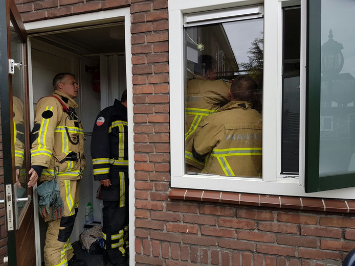 De brandweer is met meerdere mensen naar de Abelenstraat in Hengelo gegaan, om een studente van het toilet te bevrijden.