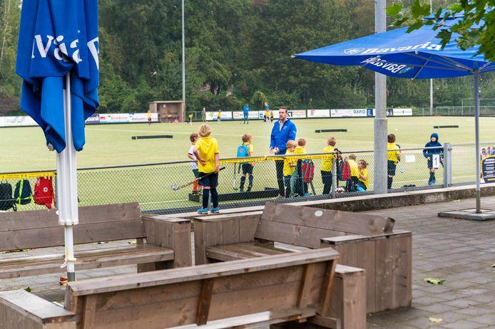 Het hockeycomplex in Heesch. Een veld is aan vervanging toe, met het andere zijn sinds de aanleg problemen die nog niet zijn opgelost.
