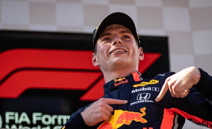 Max Verstappen viert zijn overwinning in Oostenrijk.