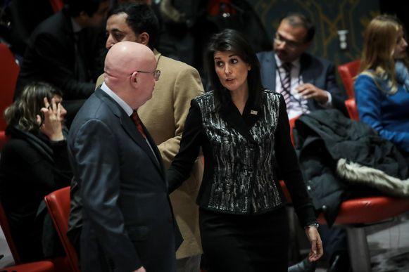 De Russische VN-ambassadeur Vasily Nebenzya en zijn Amerikaanse collega Nikki Haley.