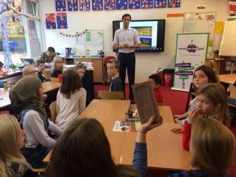 'Minister van geld' geeft les aan kinderen in Bruinisse
