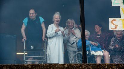 Buren applaudisseren al een maand elke avond trouw aan woonzorgcentrum Den Anker