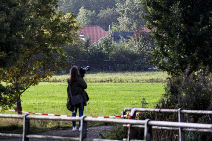 Een fotografe bij de boerderij in Ruinerwold. De zaak trekt veel internationale belangstelling.
