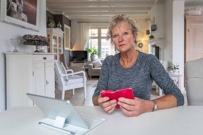 Wilma Hartog uit Sint-Annaland werd voor bijna tienduizend euro opgelicht via Whatsapp.