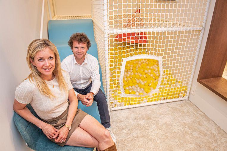 Charlotte Wyseur en haar man Thibaut Debucquoy bij het ballenbad in Petite Lunette.