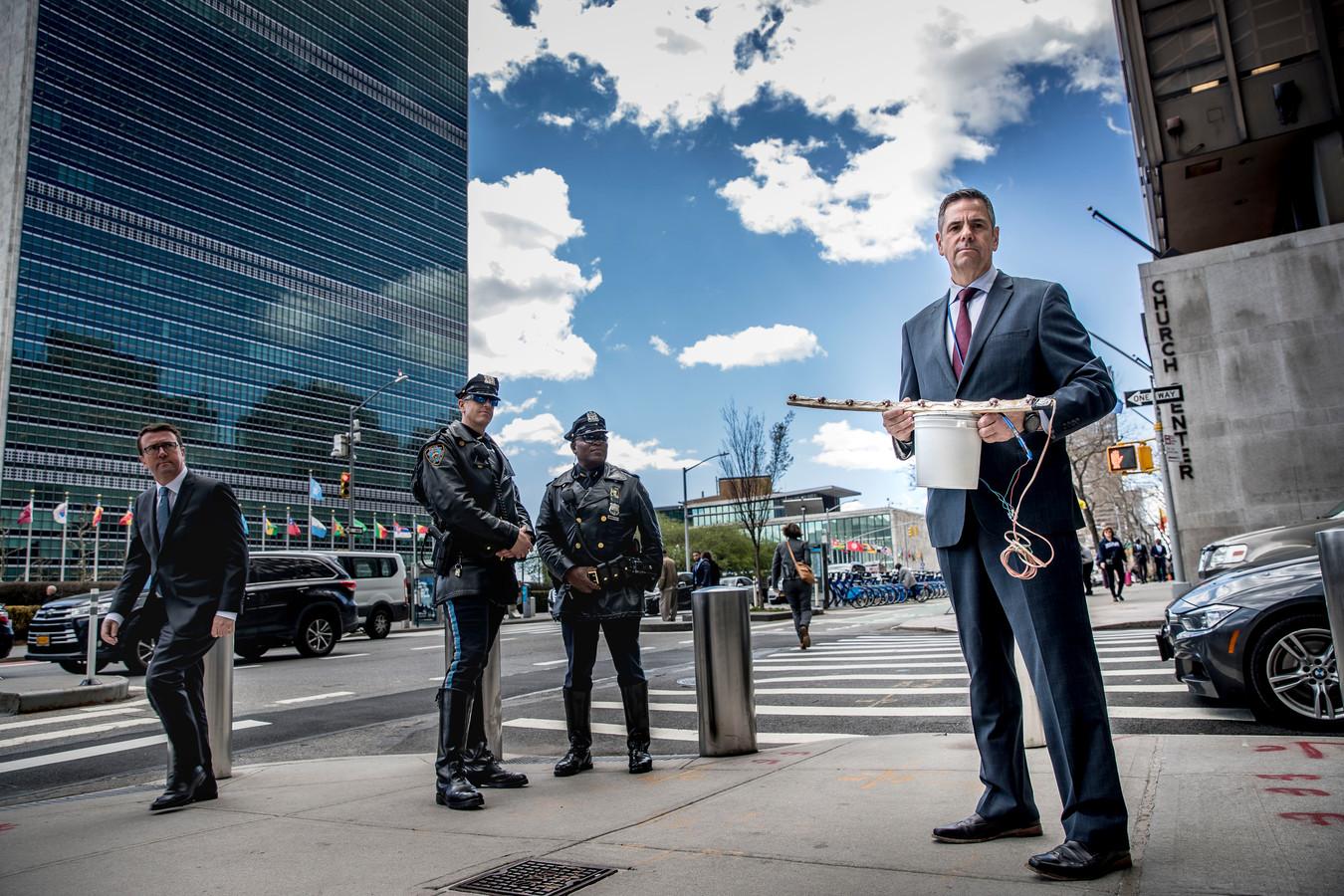 Dit voorjaar nog werkte explosieven-expert kapitein-luitenant ter zee Will Meurer op uitleenbasis voor de Verenigde Naties op het hoofdkantoor in Manhattan, New York City. In zijn handen een voorbeeld van een geïmproviseerd explosief: een emmertje springstof met een 'crush wire' van aan elkaar geknoopte schakelaartjes die de home-made-bomb afvuren als je er op stapt.
