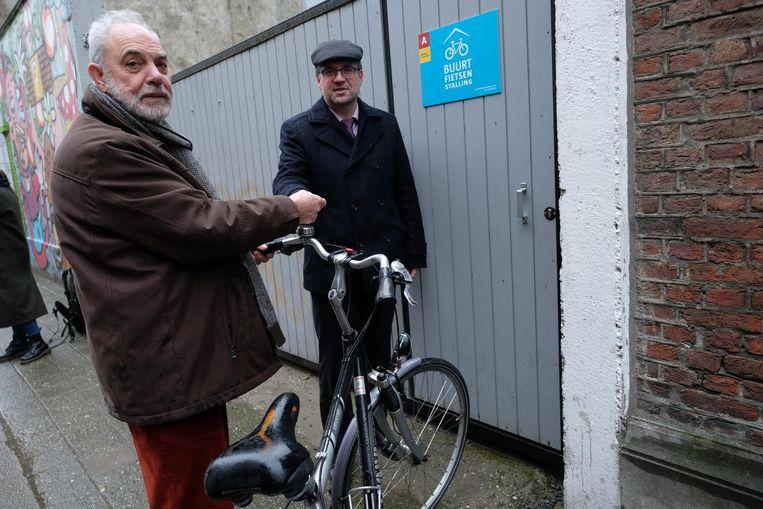 Leon Leenders uit de Bervoetstraat krijgt de sleutel van de buurtfietsenstaling van schepen van Mobiliteit Koen Kennis (N-VA).