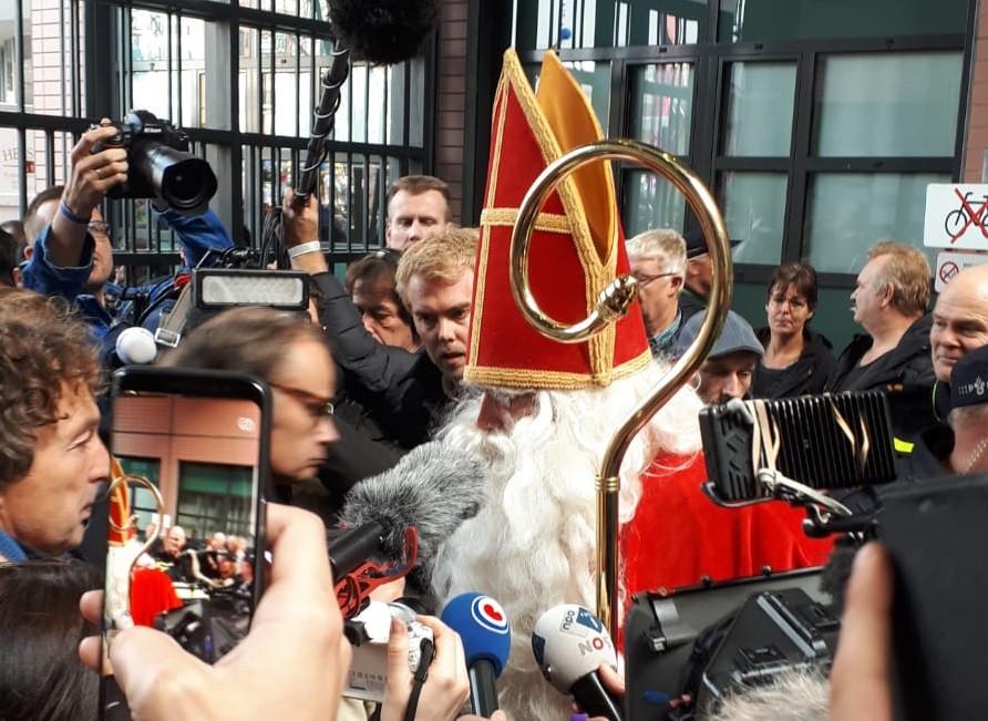 Na afloop van de zitting was het rumoerig buiten de rechtbank. Een van de omstanders verkleedde zich als Sint. Hij werd verzocht te vertrekken.
