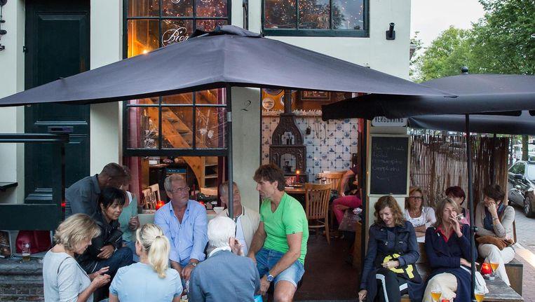 Het terras van het café op de plek waar al sinds 1642 een kroeg zit. Beeld Mats van Soolingen