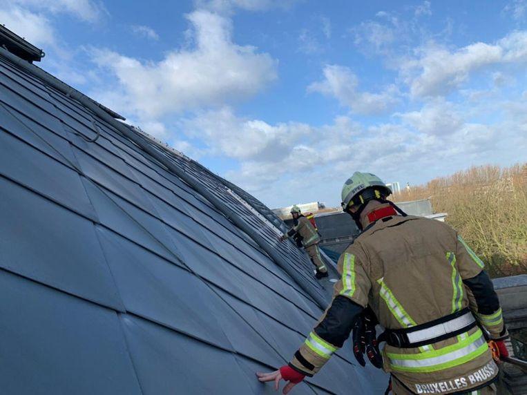 De brandweer moest het dak van het Legermuseum beveiligen.