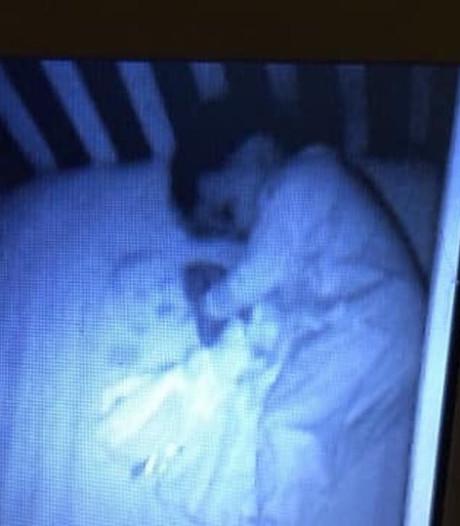 Moeder ziet 'geest' naast slapende baby, onoplettende vader blijkt schuldige