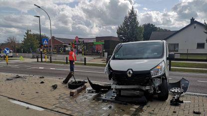 Man ramt verkeerseiland aan schooltje in Hundelgem
