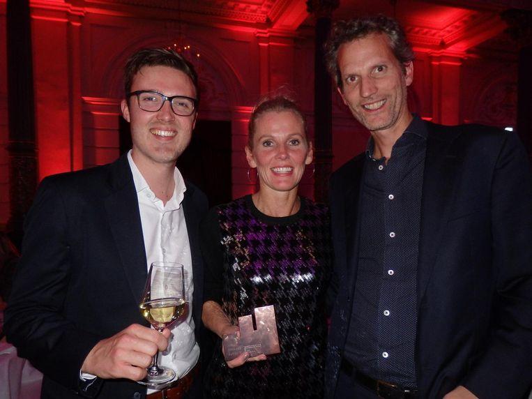 Brons! Jeroen Senden (FHV BBDO), Mariëlle Krouwel (SNS Bank) en Arnd Jan Gulmans (ex-FHV BBDO, vlnr): 'Dit is de prijs die ertoe doet. De rest is zelffelicitatie' Beeld Schuim