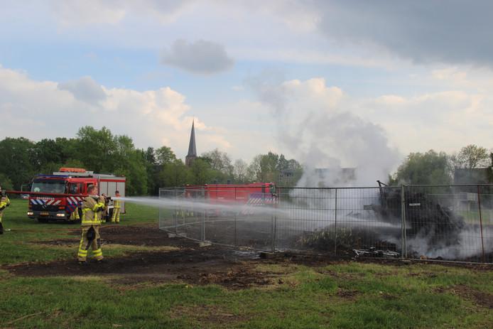 De brandweer van Eibergen komt opnieuw in actie bij het brandende illegale paasvuur in park De Maat.