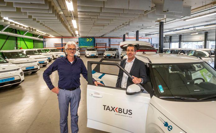 Lucien Brouwers (rechts) en Bart Kraayvanger bij de nieuwe Taxbussen.