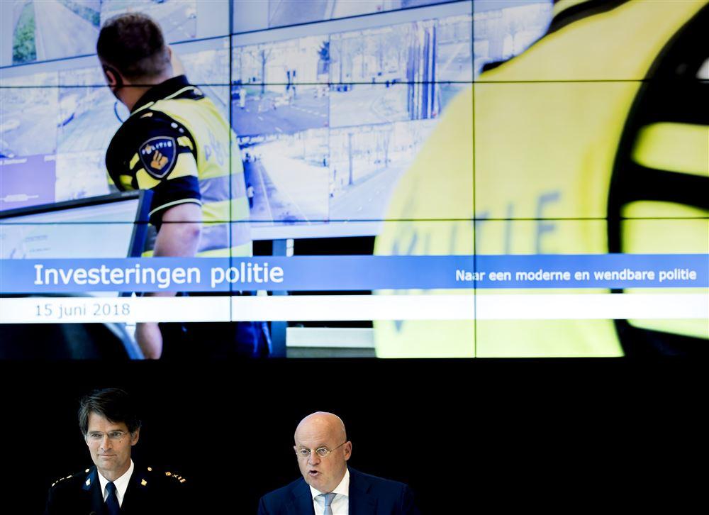 Korpschef Erik Akerboom en minister Ferd Grapperhaus van Justitie en Veiligheid tijdens een toelichting op de uitwerking van de investeringen uit het Regeerakkoord en het meerjarenplan voor de politie.