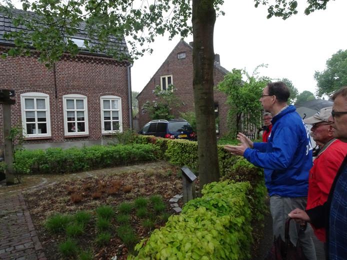 De klompenwandeling ging langs de klompenmakerijen waar Liempde in het verleden naam mee maakte.