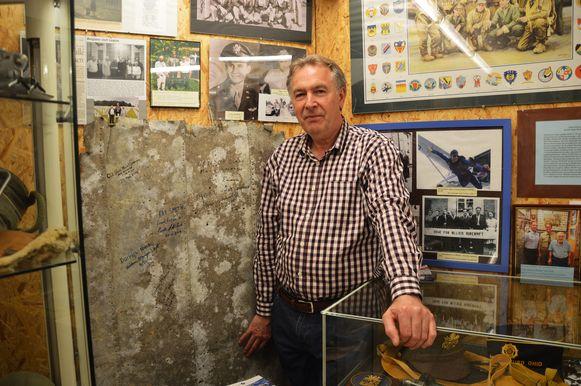 Dirk Vijverman, conservator van het WOII-verzetsmuseum De Patrijs '44 in Haaltert bij een aluminiumplaat van de vleugel van het neergestorte vliegtuig.