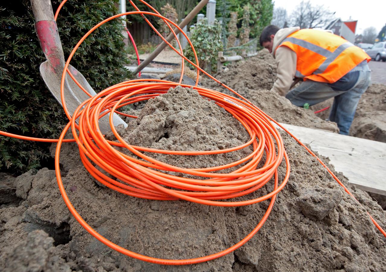 De aanleg van glasvezel in Cranendonck wordt vertraagd door bodemverontreiniging.