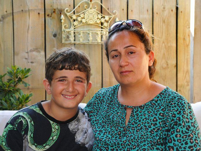 Eyup (11) en zijn moeder Pijan Elmas mogen met vader Irfan en zoontje Deniz (5) niet in Nederland blijven. Turkije is veilig voor het tot het christendom bekeerde Koerdische gezin, vindt de Immigratie- en Naturalisatiedienst.