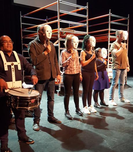 Theaterproductie Stigmaniet vijlt scherpe randjes van vooroordelen Verdihuis in Oss af