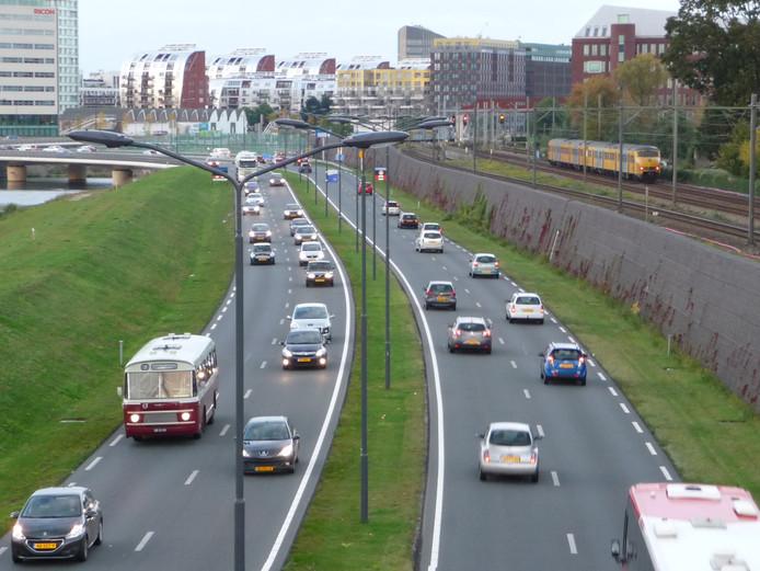 Elke ochtend en elke avond loopt de Randweg tussen het Paleiskwartier en de aansluiting naar de A2 bij Vught vol met verkeer.