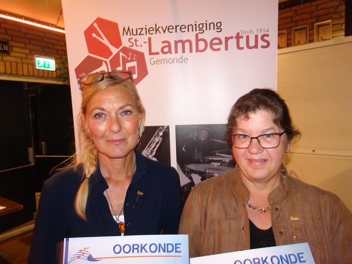 2e krantenfoto vlnr Jeanne Dolstra en Mien Thomassen