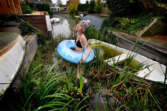 Het Lingemeer in 2017: Julia Zegers toont hoe weinig water er staat in de watergang waar ze ooit zwom.