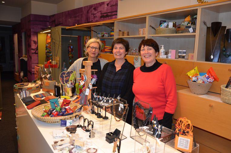Vera, Diane en Linde stoomden de pop-up Wereldwinkel in de Kerkstraat dit weekend klaar voor de opening.
