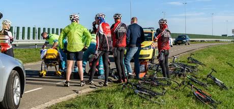 Lekke band zorgt voor fikse valpartij: wielrenner gewond naar ziekenhuis
