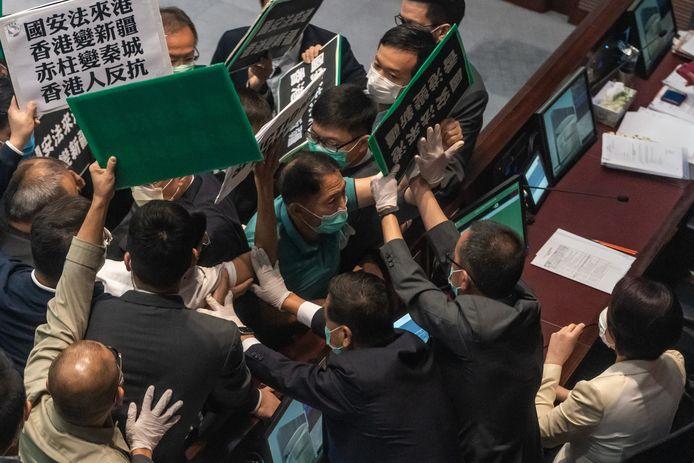Onlangs raakten pro-democratische en pro-Beijing parlementsleden in Hongkong slaags met elkaar