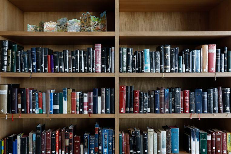 Boeken in het stiltecentrum op luchthaven Schiphol. Beeld ANP
