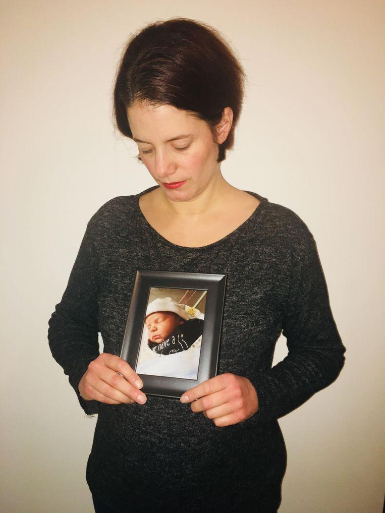 Vivian met een foto van de kleine Daan.
