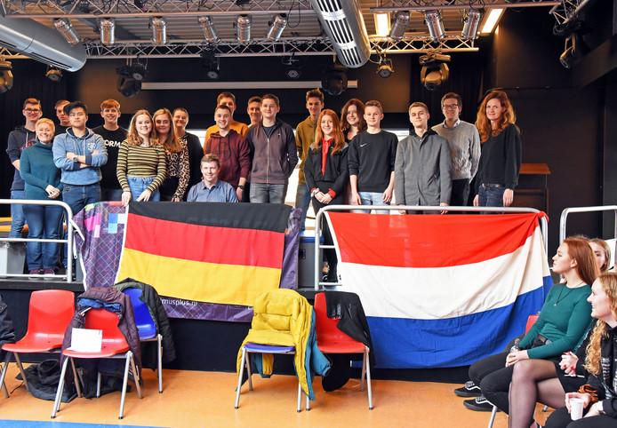 """Duitse uitwisselingsstudenten zijn te gast op het Reynaertcollege in Hulst. ,,De leerlingen kennen elkaar al een beetje"""", zegt docente en kartrekker Goedele Laenens (uiterst links)."""