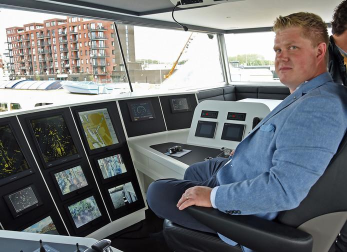Schipper Pascal Kuipers op de brug van zijn gloednieuwe binnenvaartschip Vios.