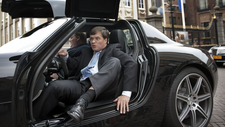 Voormalig premier Balkenende kreeg bij zijn afscheid als premier een ritje aangeboden in een Mercedes. Beeld ANP