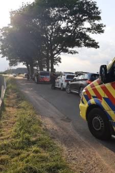 Fietsster belandt op andere weghelft, wordt aangetikt door auto en moet met beenletsel naar ziekenhuis