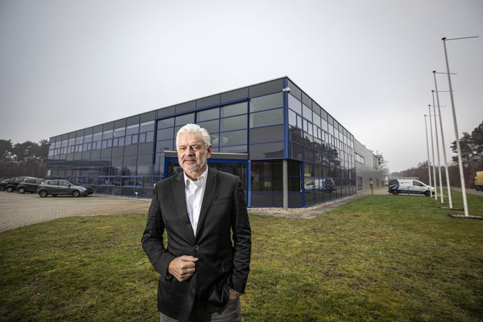 Directeur Rob Spekreijse bij het pand van Hoppmann in  Oldenzaal.