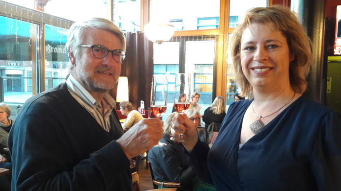 Coördinator Henri ter Brake en wethouder Mariska ten Heuw hieven het glas bij de aftrap van de derde editie van Raamkunst in Hengelo.