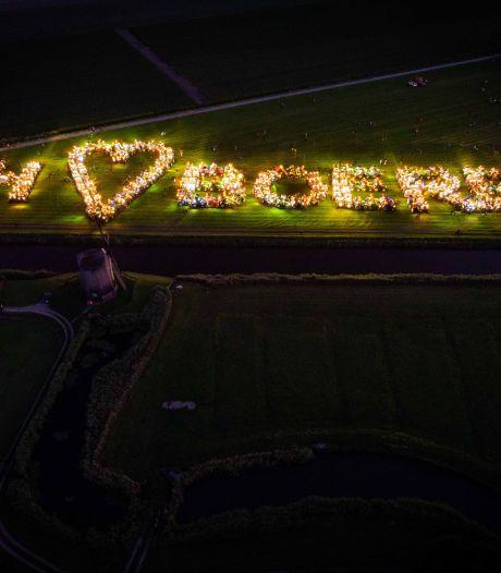 Boeren vormen met trekkers de woorden 'NH houdt van boeren'