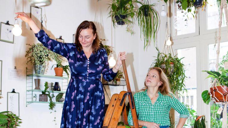 Mila van de Wall (r) en Emma Hogedoorn van stadstuinwinkel en kenniscentrum Wildernis Beeld Marie Wanders