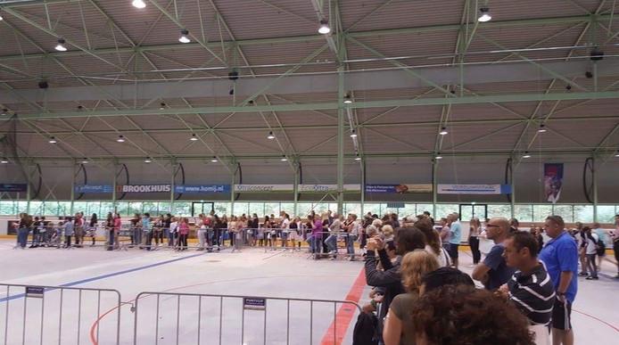 De fans in lange rijen voor hun idool