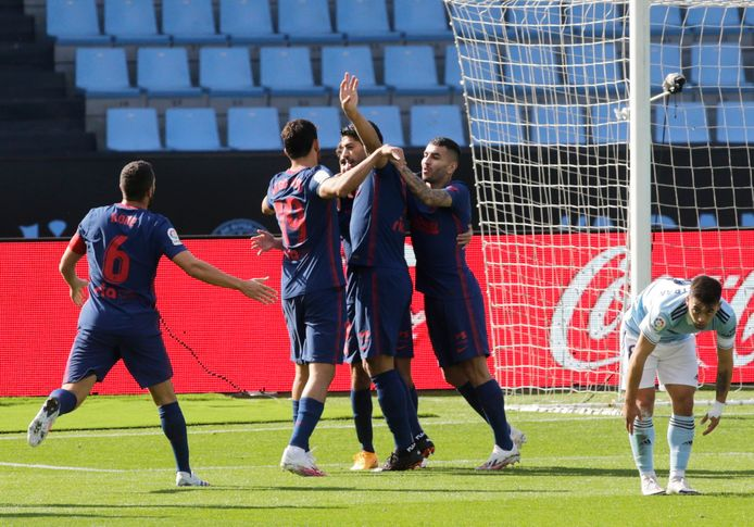 Spelers van Atlético vieren de 0-1, met in het middelpunt Suárez.