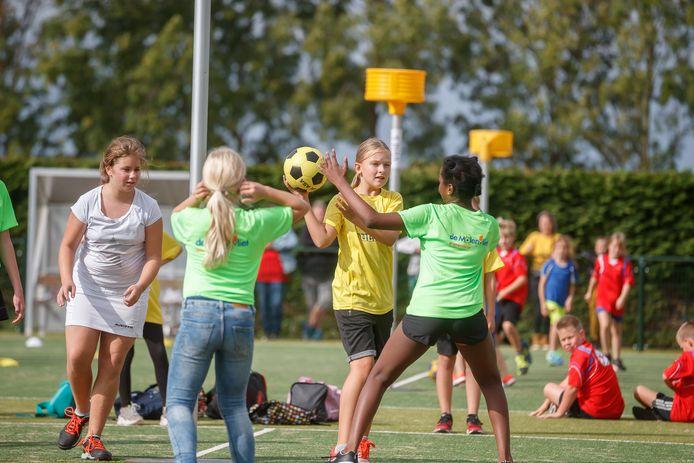 Korfbalvereniging DSO stelde de velden beschikbaar voor leerlingen van de Klundertse basisscholen voor een toernooi.