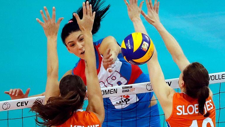 De Nederlandse volleybalsters Robin de Kruijf (links) en Lonneke Sloetjes (rechts) in actie tegen Tijana Boskovic uit Servië. Beeld null