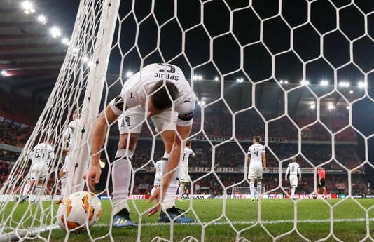 Uros Spajic (Krasnoder) haalt de bal uit het net nadat Kostas Laifis (Standard Luik) heeft gescoord.
