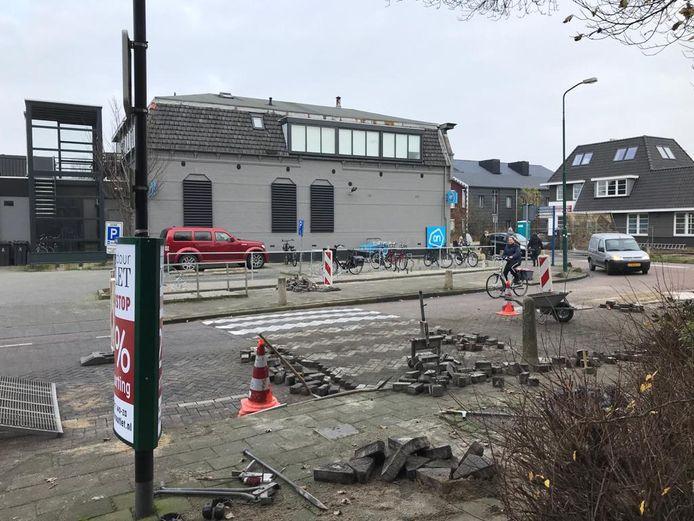 De Kerklaan in Vinkeveen; op de voorgrond het nieuwe zebrapad. Op de achtergrond het voormalige zebrapad.