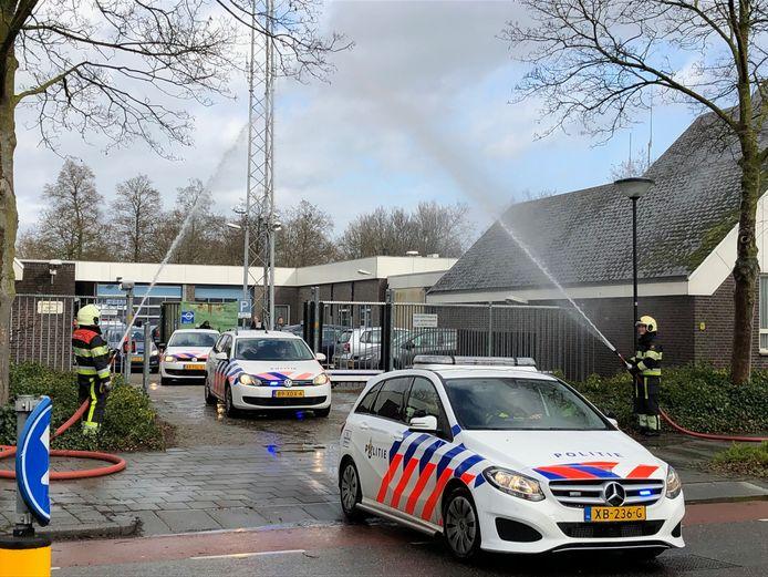 Onder een mooie waterboog vertrok de politie uit het oude bureau aan de Leeuweriksweg in Uden.